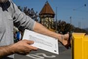 Rücksendkuvert für Abstimmungen und Wahlen, Stimmmaterial, Stimmrechtsausweis, Stimmabgabe, Politik, Wahlen, Urne, Wahlurne, Briefkasten, Wahlsonntag, Demokratie