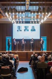 Zwischen den drei Kandidaten Röbi Raths, Guido Etterlin und Beat Looser (v. l). fand eine angeregte Diskussion statt. (Bild: Urs Bucher)