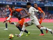 Neymar (rechts) geht in einen Zweikampf gegen Montpelliers Pedro Mendes (Bild: KEYSTONE/EPA/GUILLAUME HORCAJUELO)