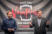 Operndirektor Peter Heilker (links) und der Geschäftsführende Direktor Werner Signer bei der Medienpräsentation des Musicalproduktion «Tanz der Vampire». (Bild: Urs Bucher - 7. Februar 2017)