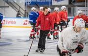 Trainer Patrick Fischer auf dem Eis in der Güttingersreuti. Er trainiert die Nationalmannschaft in Weinfelden für die Vorbereitungsspiele. (Bild: Andrea Stalder)