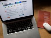 Der Bedarf für elektronische Urnen ist zwar anerkannt, aber Befürworter äussern in einer Vernehmlassung Bedenken zur Sicherheit. Im Bild die E-Voting-Plattform des Kantons St. Gallen. (Bild: KEYSTONE/GIAN EHRENZELLER)