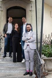 Patrick Blum (links), Ayda Ergez und Dario Migliavacca von der Hansens AG sind die neuen Pächter im Wienerberg. Im Vordergrund Mario Götze. (Bild: Adriana Ortiz Cardozo)