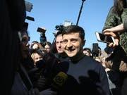 Gut eine Woche nach der Stichwahl um das Präsidentenamt in der Ukraine hat die Zentrale Wahlkommission in Kiew Wolodymyr Selenskyj (im Bild) offiziell zum Sieger erklärt. Der 41 Jahre alte Schauspieler kam auf 73,22 Prozent der Stimmen. (Bild: KEYSTONE/APA/HERWIG HÖLLER)