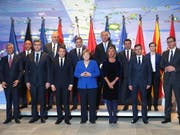 Die deutsche Kanzlerin Angela Merkel und Frankreichs Präsident Emmanuel Macron haben Serbien und Kosovo am Montag in Berlin zur Beilegung ihrer Gebietsstreitigkeiten gedrängt. (Bild: KEYSTONE/EPA DDP POOL/MIKA SCHMIDT / POOL)