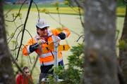 Auch SVP-Kantonsrat Karl Nussbaumer installiert neue Wanderwege. (Bild: Stefan Kaiser, Rotkreuz, 24. April 2019)