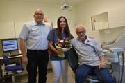 Markus Blättler, Vizepräsident der Primarschule, mit Vania Roeniger und Mats Grahm. (Bild: PD)