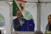 Regierungsrat Walter Schönholzer präsentiert am Jubiläumsfest das Trikot des Armbrustschützenvereins Buhwil-Neukirch. (Bild: Christoph Heer)