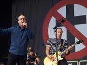 Vielleicht hören die Menschen ja auf Bad Religion: Die US-Punkrockband um Sänger Greg Graffin (links) veröffentlicht am Freitag eine fadengerade Gesellschaftsanalyse in Form eines neuen Albums. (Bild: Keystone/DPA/THOMAS FREY)