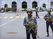 Nach den Anschlägen vom Ostersonntag sichern Soldaten die St. Anthony's Church in Colombo. Bei der Anschlagsserie in Sri Lanka sind nach jüngsten Angaben der Behörden 42 Ausländer getötet worden. (Bild: KEYSTONE/AP/MANISH SWARUP)