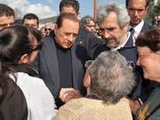 Der 82-jährige Silvio Berlusconi (Bildmitte) ist am Dienstag mit akuten Nierenkolik in die Mailänder San Raffaele-Klinik eingeliefert worden. Der viermalige Premier will bereits am Dienstagnachmittag an einer Wahlveranstaltung der Forza Italia in Arcore bei Mailand teilnehmen . (Bild: KEYSTONE/AP ITALIAN PREMIER'S PRESS OFFIC/LIVIO ANTICOLI)