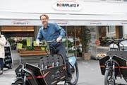 Gemeinderat Lukas Arnold testet eines der neuen Transportvelos, die nun ausgeliehen werden können. (Bild: Matthias Piazza, Stans, 30. April 2019)