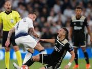 Der spanische Schiedsrichter Antonio Lahoz schaut genau hin beim harten Zweikampf zwischen Tottenhams Toby Alderweireld (links) und Ajax' Dusan Tadic (Bild: Keystone/AP/Frank Augstein)