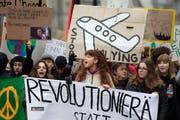 Junge Demonstranten und Demonstrantinnen bei einem Klimaprotestmarsch durch die Stadt Bern. (Bild: Peter Klaunzer/Keystone, 2. Februar 2019)