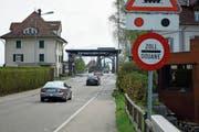 Der Veloweg von Au in Richtung Diepoldsau quert beim Zoll Wiesenrain die Rheinstrasse. Trotz des Schildes «Zoll/Douane» sind Autofahrer, die den Grenzübergang Widnau–Lustenau benutzen, meist unerlaubt schnell unterwegs. (Bild: Bilder: Kurt Latzer)