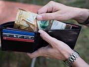 Trotz Lohnerhöhung hatten die Schweizer Angestellten 2018 «weniger Geld» im Portemonnaie als 2017. (Bild: KEYSTONE/CHRISTIAN BEUTLER)
