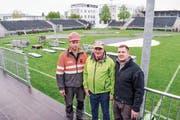 OK-Präsident Walter Lanz (Mitte) sowie die beiden Bauverantwortlichen Stefan Fiechter und Dani Gubler in der Schwingarena. (Bild: Samuel Koch)