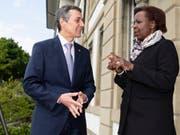 Bundesrat Ignazio Cassis begrüsst Louise Mushikiwabo, Generalsekretärin der Internationalen Organisation der Frankophonie, am Dienstag in Bern. (Bild: KEYSTONE/PETER SCHNEIDER)