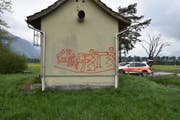Die Fassade dieses Pumpwerks in Eschen wurde von Sprayern verunstaltet. (Bild: Landespolizei)