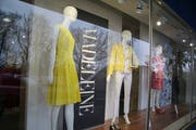 Bald verschwinden Schaufensterpuppen und Logo: Die «Madeleine Boutique» schliesst, der Versandhandel bleibt bestehen. (Bild: Marlen Hämmerli - 4. April 2019)