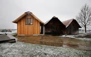 Das neue Bootslagerhaus, wo der Siehbach in den See fliesst, ergänzt die beiden bestehenden Zweckbauten. (Bild: Stefan Kaiser, Zug, 4. April 2019)