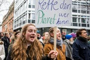 Schüler demonstrieren am Klimastreik in St.Gallen.