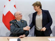 Armeechef Philippe Rebord und Verteidigungsministerin Viola Amherd informieren über den Rücktritt Rebords und die Suche nach einem Nachfolger. (Bild: KEYSTONE/PETER KLAUNZER)