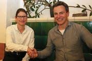 Das neue Vereinsmitglied Elisabeth Wallimann wird von Präsident Ernst Aufdermauer begrüsst. (Bild: Patricia Helfenstein-Burch)