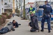 Polizeikommissar Thomas Böttcher (in Gelb) im Einsatz. (Bild: Rudi Renoir Appoldt, Berlin, 1. März 2019)