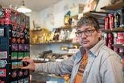 Mit den Magneten begann alles: Felix Rütsche in seinem Faire-Trade-Laden, in dem er auch Souvenirs verkauft. (Bilder: Adriana Ortiz Cardozo)