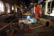 Die Reparaturarbeiten am kaputten Wasserrohr laufen noch bis in die Nacht hinein. (Bilder: Sandro Büchler)