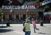 Touristen bei der Talstation Alpnach der Pilatus-Bahnen. (Bild: Corinne Glanzmann, 25. Juni 2018)