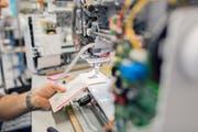 Nähtest während der Montage einer Maschine im Bernina-Werk Steckborn. (Bild: PD)