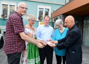 Ralph Haltinner, EFFVAS-Präsident, Doris Lippuner, Udo Ingber und Judith Schibler, Vorstandsmitglieder der lokalen Sektion (von links), mischen mit Zauberer Danini die Karten auf. (Bild: Hansruedi Rohrer)