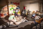 Beim Theaterstück «Die Insider» laufen viele Szenen parallel ab. Hier wird noch geprobt. (Bild: Roger Grütter, Entlebuch, 7.April 2019)