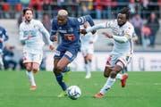 Luzerns 2:1-Torschütze Blessing Eleke (links) im Zweikampf mit Sions Xavier Kouassi. (Bild: Martin Meienberger/Freshfocus (Sion, 7. April 2019))