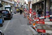 Links Autos und Baumaschinen, rechts Baustelle: Fussgänger haben derzeit kein leichtes Durchkommen in der Engelgasse. (Bild: Reto Voneschen – 3. April 2019)