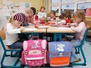 Aktuell haben weltweit 175 Millionen Kinder keinen Zugang zu Vorschulbildung. In der Schweiz nehmen mehr als 95 Prozent der Kinder solche Frühförderangebote wahr. (Bild: KEYSTONE/AP/JENS MEYER)