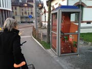 Zuletzt war die Telefonkabine mit Spielzeugpferden gestaltet. (Bild: Reto Voneschen)