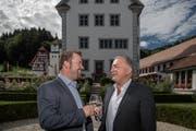 Thomas Roos (Gemeindepräsident Ebersecken) und Urs Kaufmann (Gemeindepräsident Altishofen) beim Schloss Altishofen nach Bekanntgabe des Fusion-Entscheids. (Bild: Pius Amrein, Altishofen, 23. September 2018)