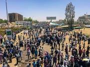 Den dritten Tag in Folge demonstrierten am Montag Tausende Sudanesen in der Hauptstadt Khartum. Sie versammelten sich vor der Zentrale der Streitkräfte. (Bild: KEYSTONE/AP)