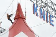 Arbeit an der Zeltaufhängung in luftiger Höhe. (Bild: Hansruedi Rohrer)