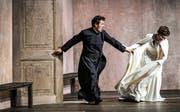 Sie können voneinander nicht lassen: der Chevalier des Grieux (Piotr Bezcala) und Manon (Elsa Dreisig). Bild: Toni Suter