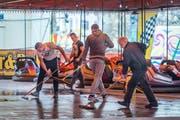 Der Boden des Auto-Scooters wird gewischt: Aufbauarbeiten für den Frühlingsjahrmarkt. (Bild: Hanspeter Schiess - 9. April 2018)