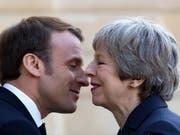 Die Harmonie ist nur vordergründig: In Sachen Brexit sind sich der französische Präsident Macron und die britische Premierministerin May alles andere als einig (beim Empfang im Elysée-Palast in Paris). (Bild: KEYSTONE/EPA/IAN LANGSDON)