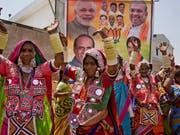 Wahlkampf mit verschiedensten Mitteln: Anhängerinnen der indischen Bharatiya Janata Party (BJP) von Premier Narendra Modi tanzen an einer Veranstaltung in Hyderabad. (Bild: KEYSTONE/AP/MAHESH KUMAR A.)