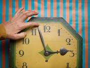 Zweimal im Jahr werden die Uhren heute umgestellt. Das will eine Initiative ändern. (Bild: KEYSTONE/CHRISTIAN BEUTLER)