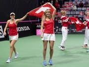 Ohne Belinda Bencic (li.), mit Timea Bacsinszky: Das Schweizer Fed-Cup-Team muss nächste Woche ersatzgeschwächt in die USA reisen (Bild: KEYSTONE/ANTHONY ANEX)