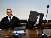 Muss auch nach der Verbüssung der Strafe hinter Gitter bleiben: Der verurteilte Schweizer mit seinem Anwalt Robert Phleps (links) beim Prozess in Freiburg. (Bild: KEYSTONE/dpa/PATRICK SEEGER)