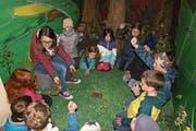 Isabelle Affentranger, Animatorin Pandamobil beim WWF Schweiz, mit Kindern der Unterstufe A der Schule Stalden im Inneren des Pandamobils. (Bild: Primus Camenzind (Stalden, 8. April 2019))